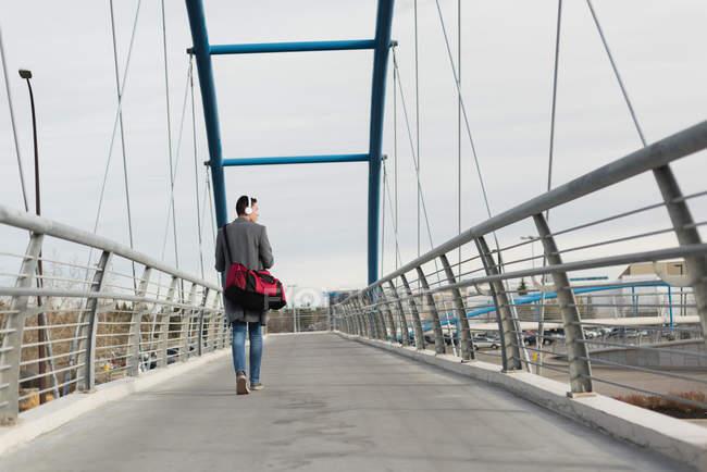 Человек идет по мосту картинка