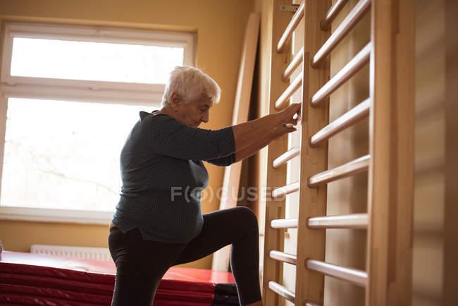Seniorin macht Sport im Pflegeheim — Stockfoto