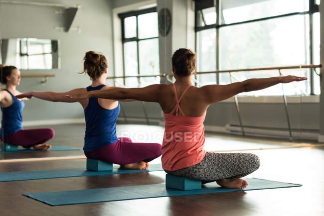 Fitte Frauen üben Yoga im Fitnessstudio. — Stockfoto