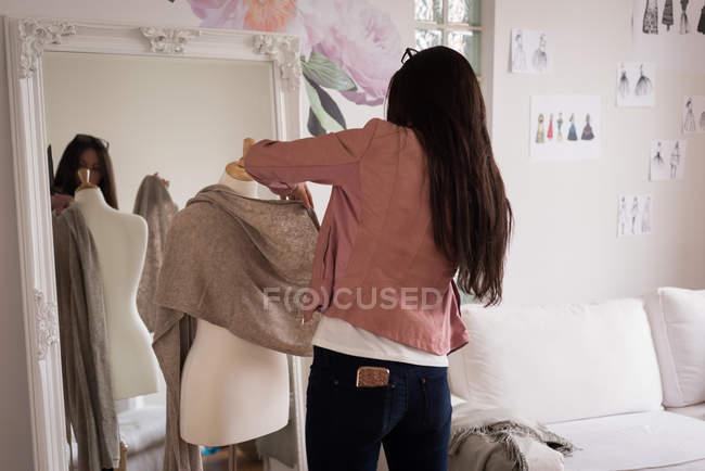 Designer de moda colocando tecido manequim no estúdio de design. — Fotografia de Stock