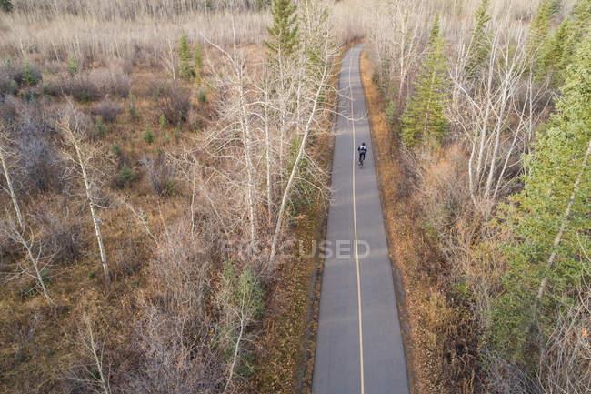 Luftaufnahme der Reiter reiten Fahrrad unterwegs — Stockfoto