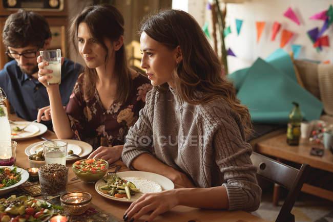 Группа друзей обедает за столом — стоковое фото