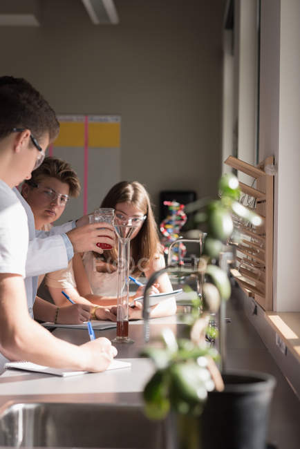 College students experimenting chemical in laboratory at university — Stock Photo