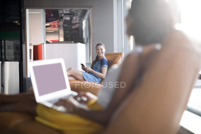 Женщин-руководителей взаимодействующих друг с другом в офисе — стоковое фото