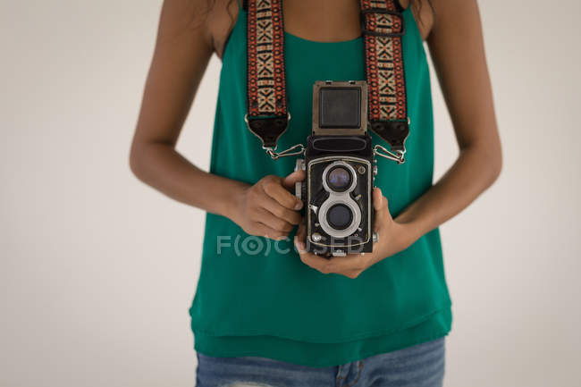 Середині розділі жіночий фотограф стоячи з цифрової камери — стокове фото