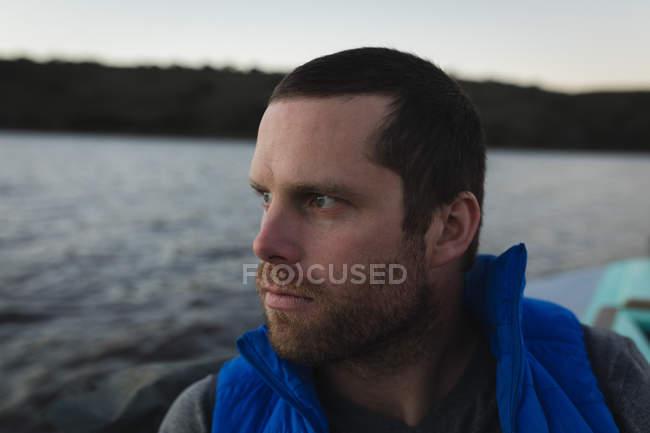 Homem pensativo viajando em lancha, retrato . — Fotografia de Stock
