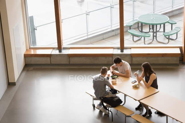 Высокий угол зрения студентов университета с обедом — стоковое фото