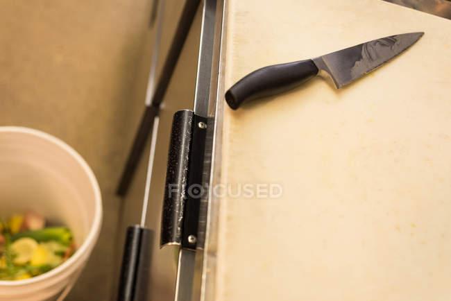 Primo piano del coltello da cucina sul tagliere — Foto stock