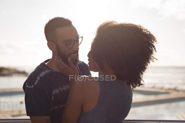 Романтична пара дивлячись один на одного на сонячний день — стокове фото