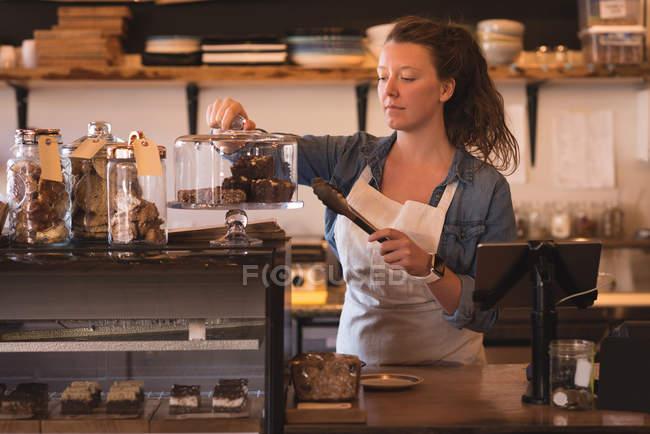 Schöne Kellnerin am Schalter im café — Stockfoto