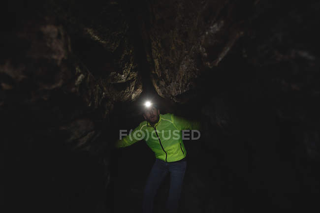 Hiker exploring the dark cave — Stock Photo