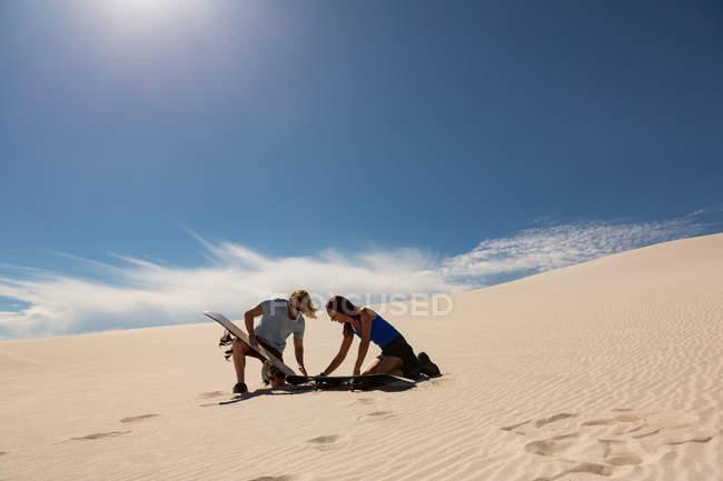 Пара перевірки sandboard в пісок дюни в пустелі — стокове фото