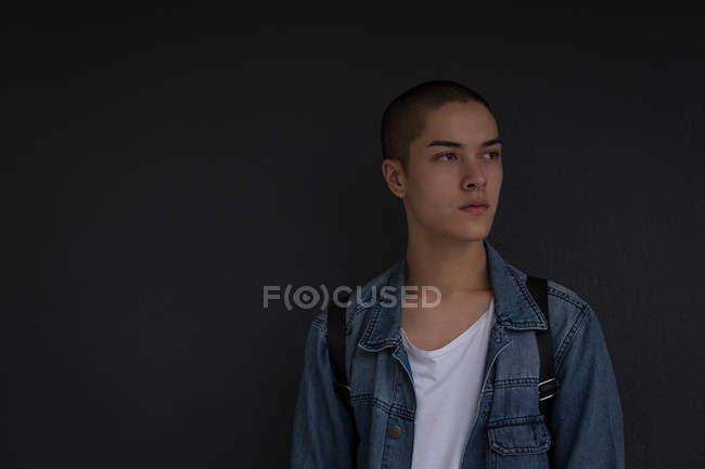 Gentil jeune homme appuyé contre le mur — Photo de stock