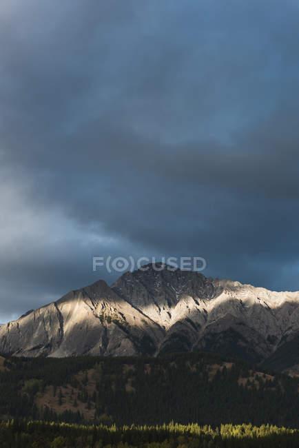 Malerischer Blick auf dunkle Wolken über dem schönen Berg — Stockfoto