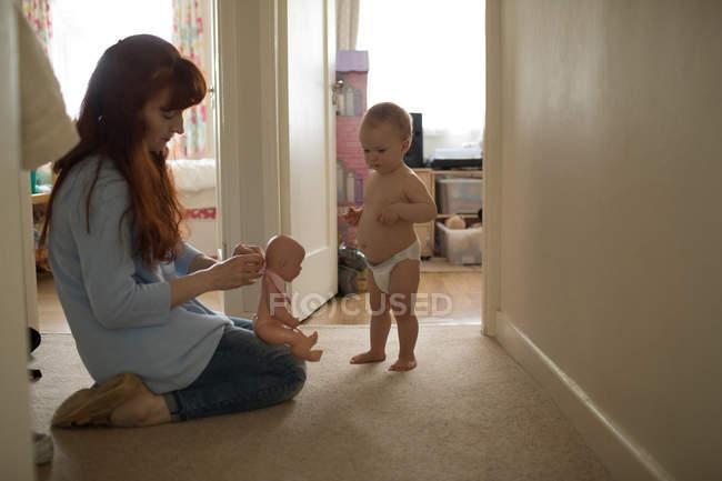 Madre e bambina giocano con il giocattolo a casa — Foto stock