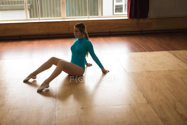 Young ballerina practicing ballet dance in the dance studio — Stock Photo