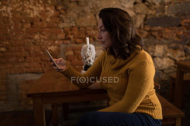 Senhora bonita usando um smartphone em casa — Fotografia de Stock