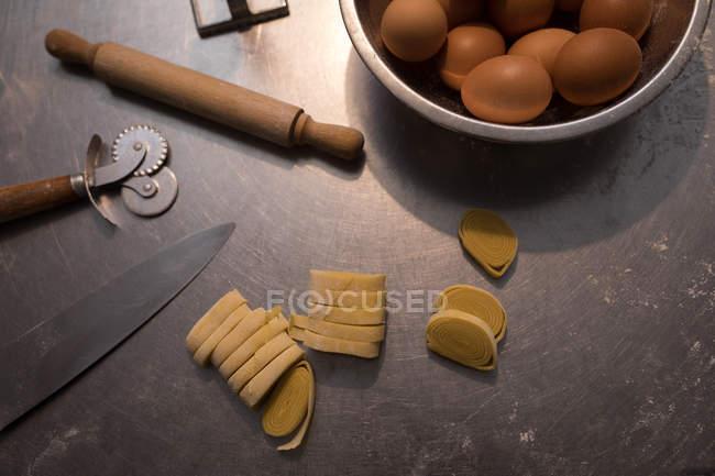 Pâtes fraîches sur un comptoir avec l'ingrédient dans la boulangerie — Photo de stock