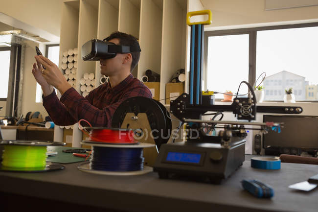 Mechanic using virtual reality headset in workshop — Stock Photo