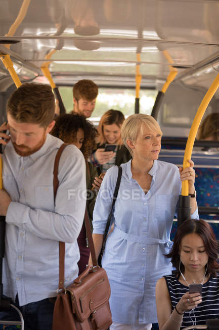 Les navetteurs voyageant en bus moderne — Photo de stock