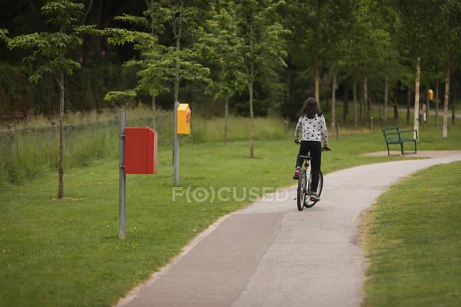 Вид сзади на девушку на велосипеде на улице — стоковое фото