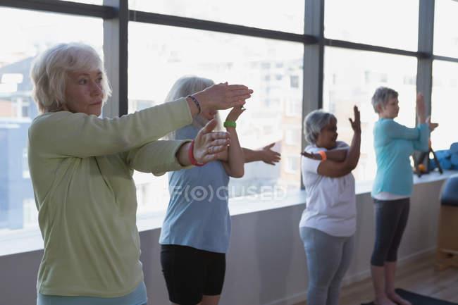 Группа женщин старшего возраста, занимающихся йогой в центре йоги — стоковое фото