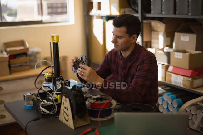 Механік контрольне chain кільце на столі в майстерні — стокове фото