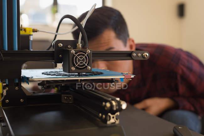 Close-up of mechanic examining die machine in workshop — Stock Photo