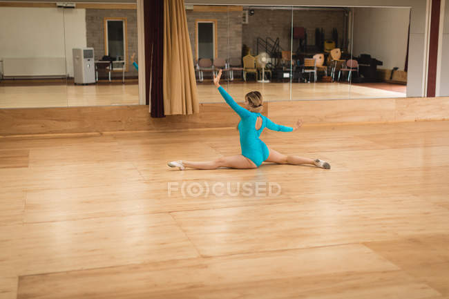 Rear view of ballerina practicing ballet dance in studio — Stock Photo