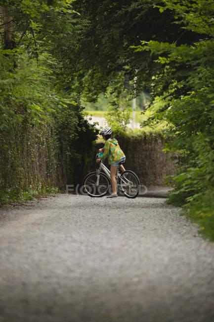 Молода дівчина велосипед їзда на вулиці — стокове фото