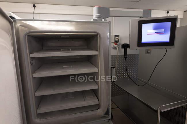 Máquina de almacenamiento vacía y pantalla de monitor en el banco de sangre - foto de stock