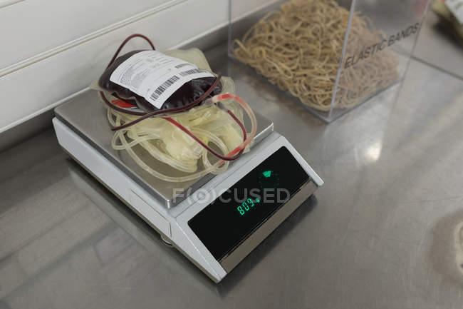 Sacca di sangue sulla macchina di scala di pesatura in banca del sangue — Foto stock