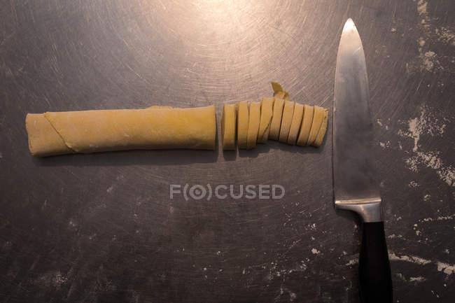 Pasta fresca su un bancone in una panetteria — Foto stock
