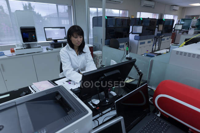 Labortechniker arbeitet an Computer in Blutbank — Stockfoto