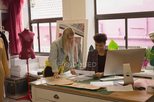 Designer de mode discutant au bureau dans un studio de mode — Photo de stock