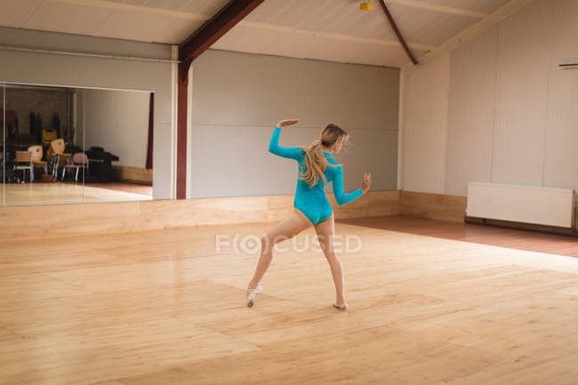 Ballerina practicing ballet dance in ballet studio — Stock Photo