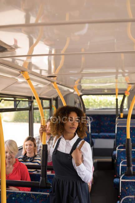 Молодые девушки пригородных, путешествия в современный автобус — стоковое фото