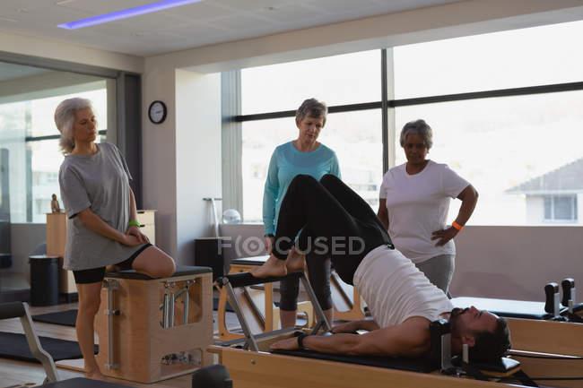 Allenatore che esegue yoga al centro yoga — Foto stock