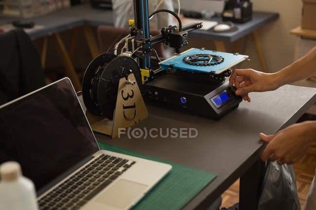 Mechanic using die machine on table in workshop — Stock Photo