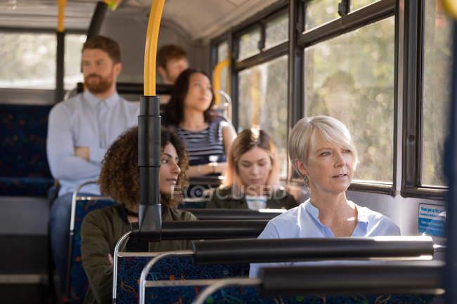 Navetteurs qui se déplacent en autobus moderne — Photo de stock