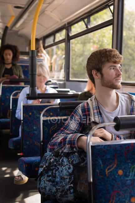 Homme réfléchi voyageant en bus moderne — Photo de stock
