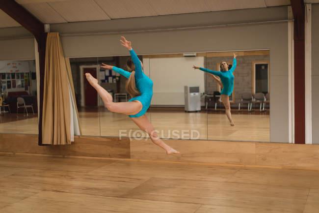 e4d998c41 Hermosa bailarina bailando delante del espejo en el estudio de danza ...