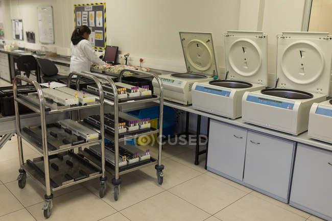 Technicien de laboratoire attentif travaillant dans une banque de sang — Photo de stock