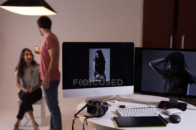 Hombre fotógrafo grabando una entrevista usando la grabadora de voz en estudio fotográfico - foto de stock