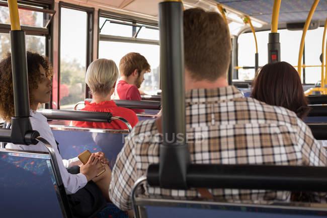 Пассажиры, путешествующие в современный автобус — стоковое фото