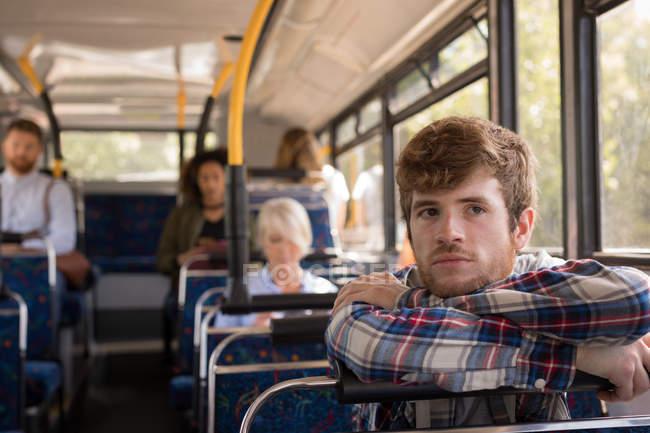 Nachdenklicher Mann in modernem Bus unterwegs — Stockfoto