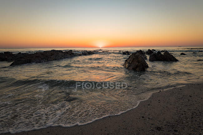 Vista del atardecer en el mar - foto de stock
