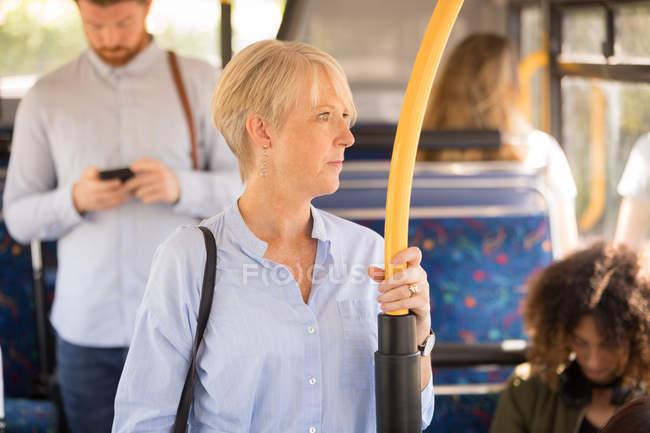 Femme réfléchie voyageant en bus moderne — Photo de stock