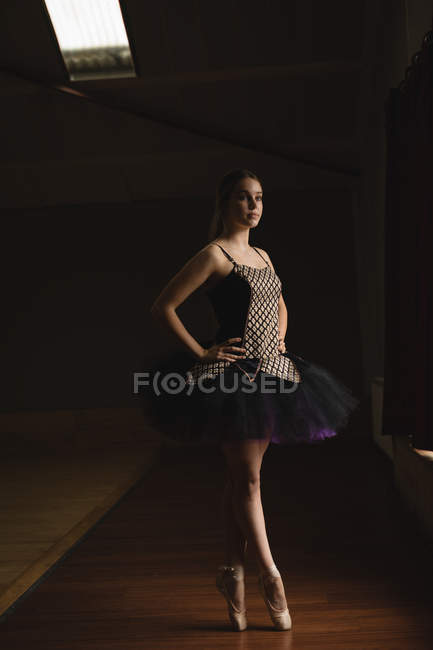 Graciosa bailarina de pé en pointe no estúdio de balé — Fotografia de Stock