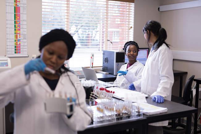 Labortechniker interagieren in Blutbank miteinander — Stockfoto